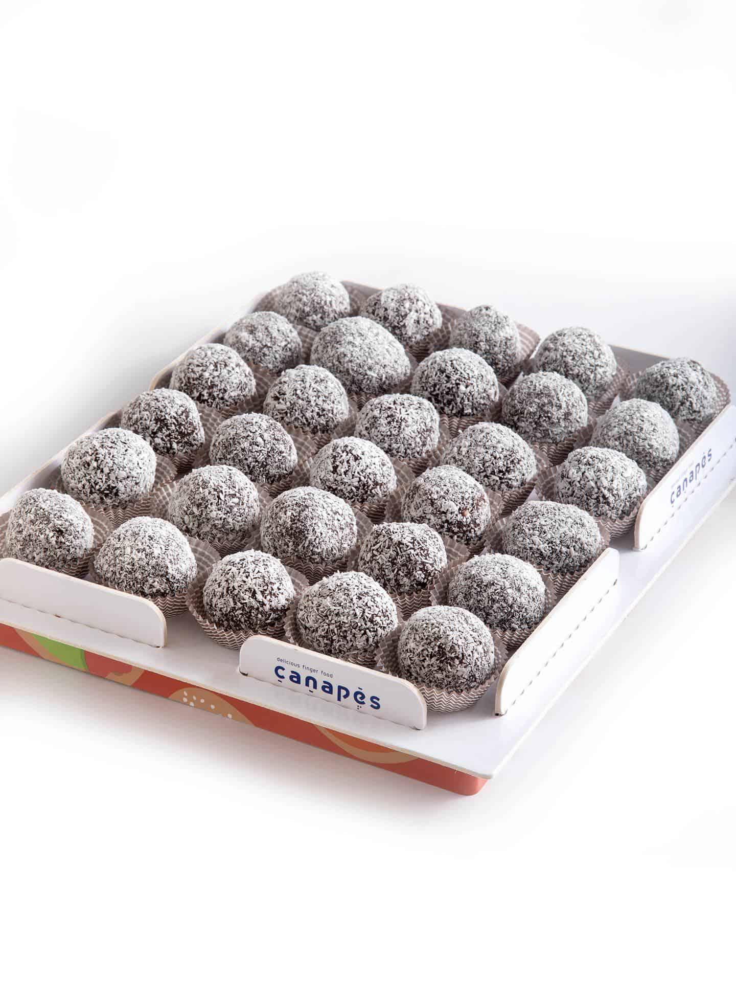 צילום של מגש כדורי שוקולד