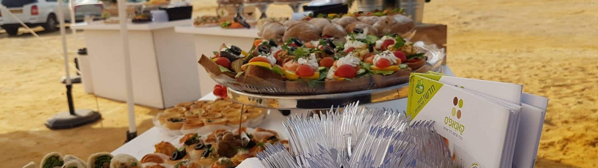 צילום של דוכני מזון של קאנאפ'ס, על רקע נוף מדברי