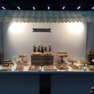 צילום של דוכני מזון של קאנאפ'ס, הכוללים תפאורה מיוחדת