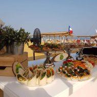צילום של דוכן מזון של קאנאפ'ס, על רקע חוף ים