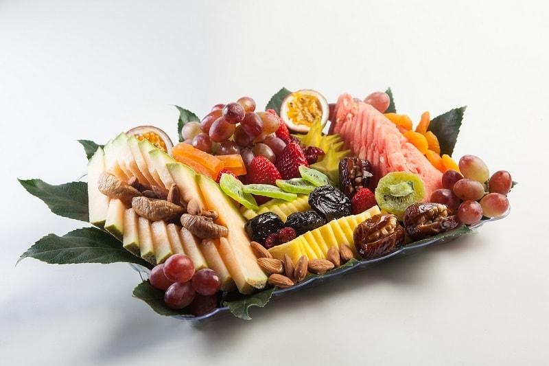 צילום של מגש פירות העונה ופירות יבשים