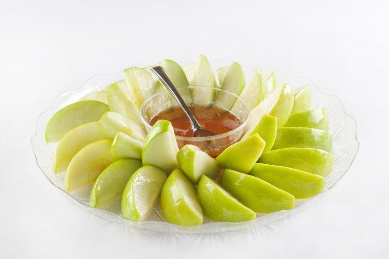 צילום של מגש פלחי תפוחי עץ בדבש