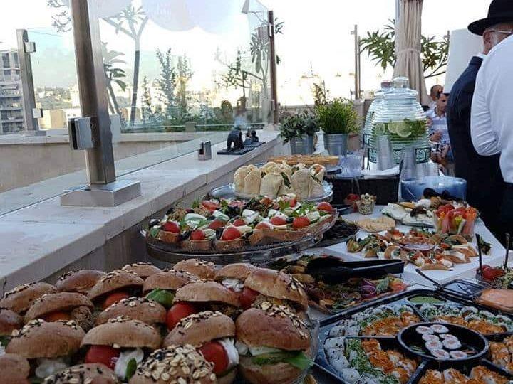 הזמנת מגשי אירוח לחתונה של סלביה ואלברט בתל אביב.