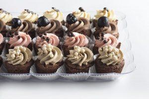 צילום של מגש מיני קאפקייקס שוקולד פרווה