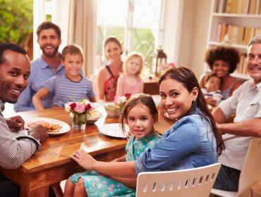 משפחה וחברים יושבים סביב השולחן